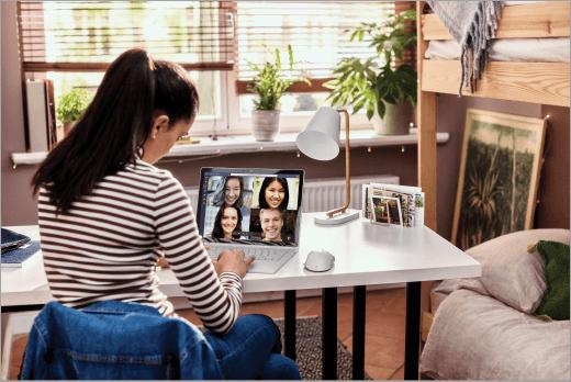 Professora em sala de aula virtual conectada com Teams Microsoft Office 365